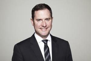 Fabian Reinholz ist Fachanwalt für gewerblichen Rechtsschutz und seit 2001 Partner von HÄRTING Rechtsanwälte. Zu seinen Mandanten gehören Unternehmen aus den Bereichen Medien, Technologie, Werbung und Sport. Er berät und veröffentlicht regelmäßig in Fach- und Branchenzeitschriften zu Fragen des Marken-, Urheber und Wettbewerbsrechts und des E-Commerce-Rechts mit dem Schwerpunkt Sportvermarktung